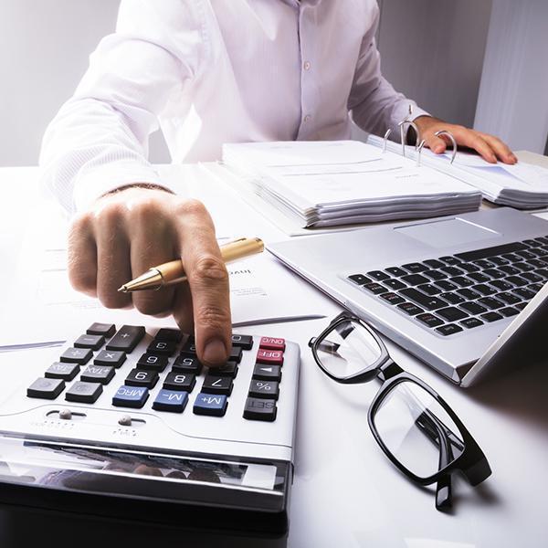 mężczyzna używa kalkulatora